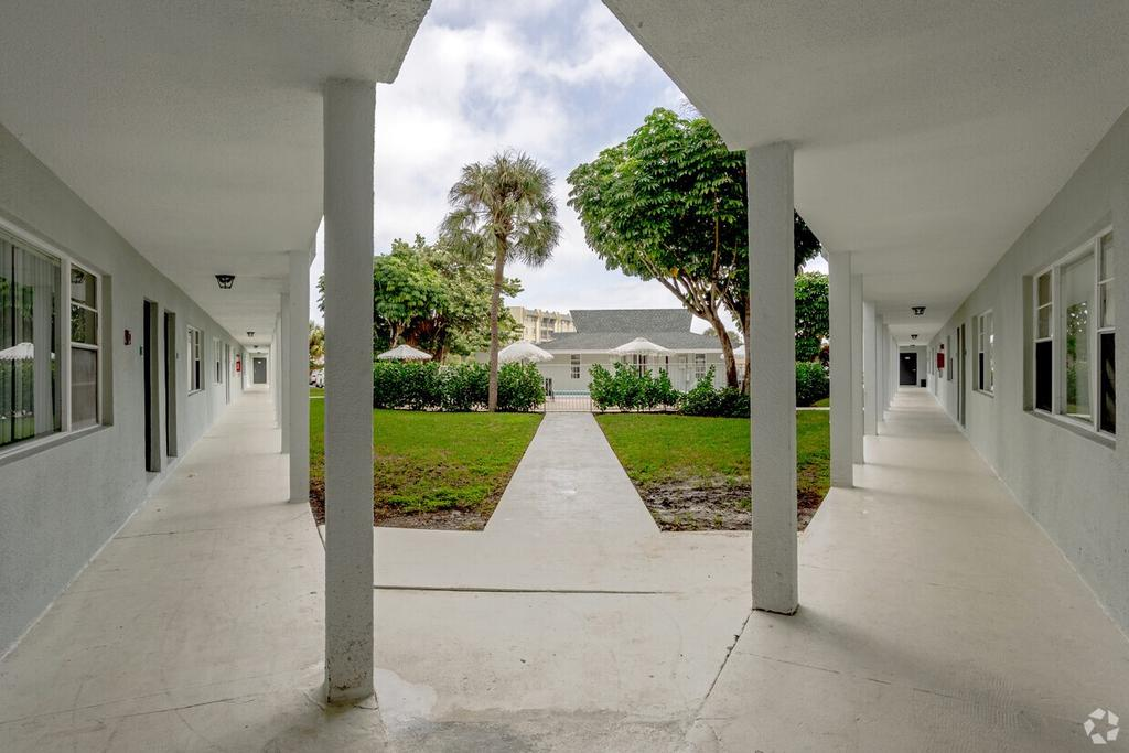 537 S Sequoia Dr, West Palm Beach, FL 33409
