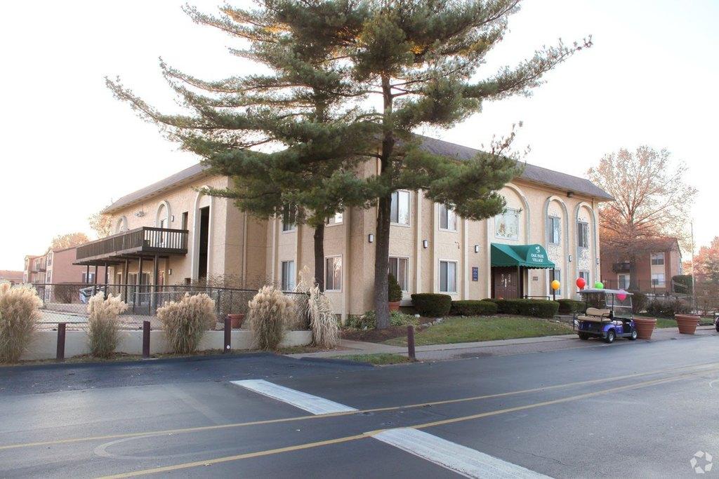 11185 Oak Parkway Ln, Saint Louis, MO 63138