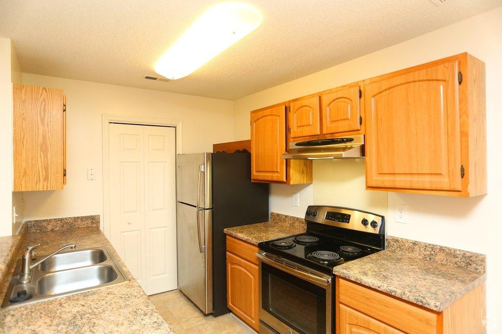101 Old Oak Ln, Colonial Heights, VA 23834