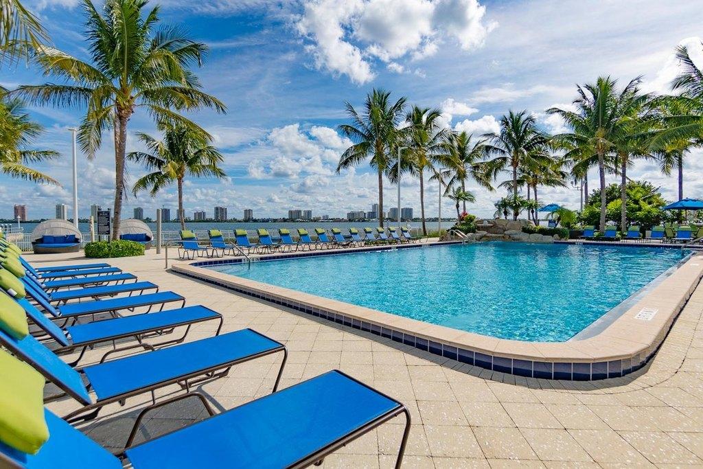 913 Lake Shore Dr, Palm Beach Gardens, FL 33403